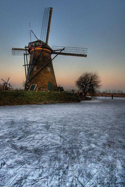Winterse molen bij avondschemering van Tammo Strijker