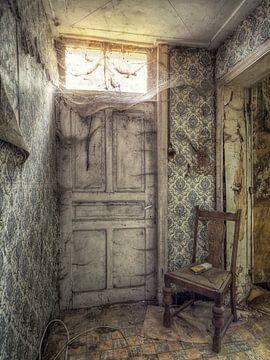 Lost Place - verlaten plaats - deur met spinnenwebben van Carina Buchspies