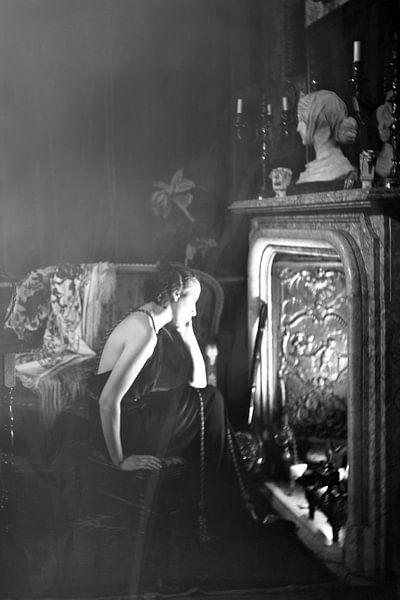 Posiert vor dem Kamin 1922