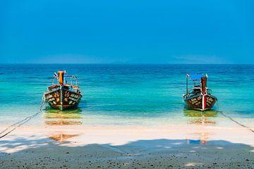 Twee boten aan het strand van Phi Phi Eiland in Thailand van Bart Rondeel