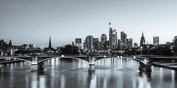 Skyline von Frankfurt mit dem Bankenviertel - Monochrom von Werner Dieterich