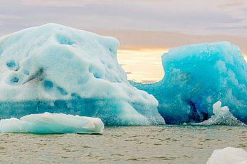 IJsberg in IJsland in het Jökulsárlón meer met typische diepblauwe kleur van het ijs van Hein Fleuren
