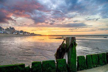 Zonsondergang met gekleurde wolken van Mark Bolijn
