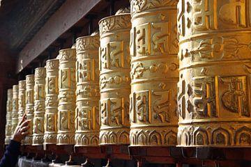 Gebedsmolens van tempel bij Kathmandu van Marieke Funke