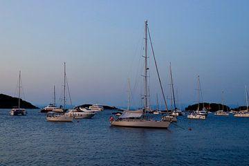 Soirée au port de l'île de Vis sur