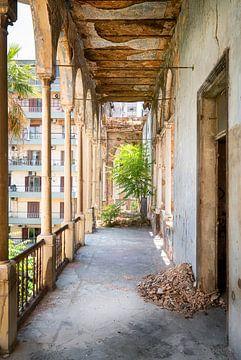 Korridor mit Blick auf die Stadt in einem verlassenen Palast.