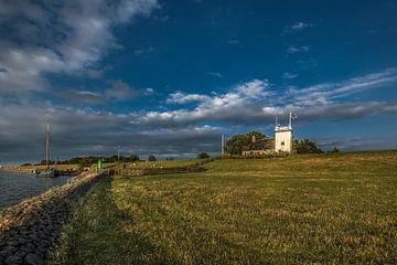 L'IJsselmeerdijk près de Workum et le phare blanc historique caractéristique sur Harrie Muis