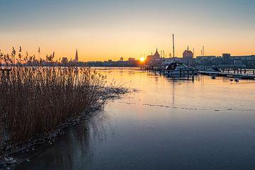 Vue sur le Warnow à Rostock en hiver sur Rico Ködder