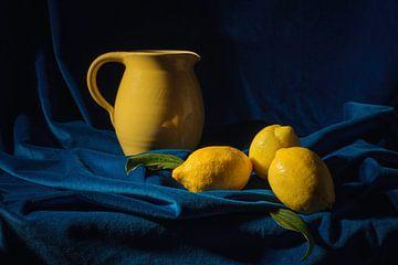 Stilleven in blauw en geel van Monique van Velzen