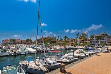 Boten in de jachthaven van Cala Bona op het eiland Mallorca, Spanje Middellandse Zee van Alex Winter