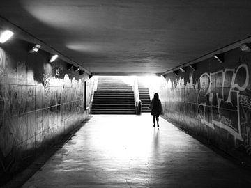Silhouette einer Frau in einem Tunnel von Sjoerd Rienks
