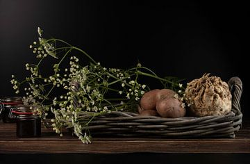 Stilleven: knolselderij, aardappelen en fluitenkruid  van Gaby Hendriksz