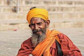 Portret van een traditionele Indiase man in de heilige stad Varanasi, India van Tjeerd Kruse