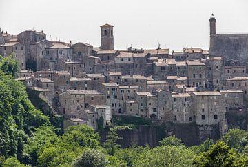 Uitzicht op Sorano, Toscane van Ed de Cock