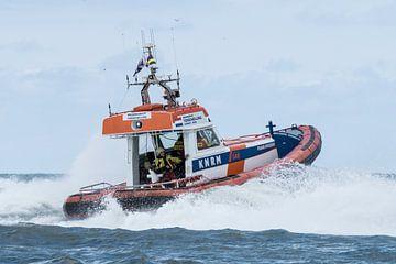 Reddingboot in actie van Arie Jan van Termeij