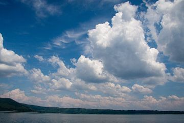 Wolken boven Lago di Vico von Marco de Groot