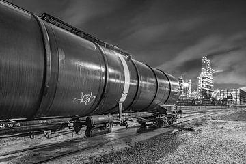 Nachtszene mit trainwagon und Öl-Raffinerie im Hintergrund, Antwerpen von Tony Vingerhoets