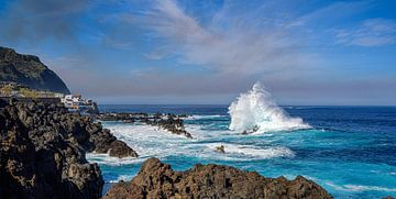 Beukende golven in Porto Moniz op Madeira. van Robbie Nijman