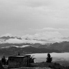 Just mountains and clouds van Zoe Vondenhoff
