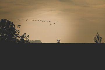 Wandelaars bij zonsopkomst van Ellen Metz