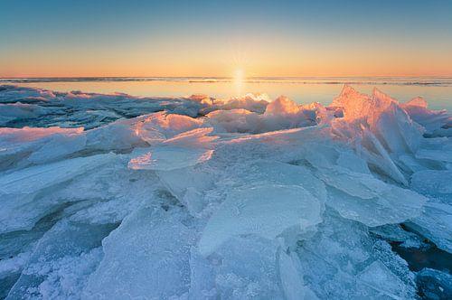 Kruiend ijs aan het Markermeer tijdens de zonsopkomst