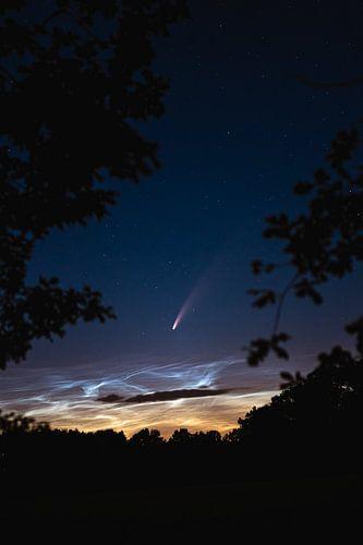 Neowise über leuchtenden Nachtwolken