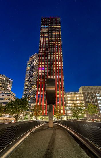 Red Apple in Rotterdam - Blauwe Uur van Mark De Rooij