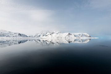 De ultieme reflectie van een gletsjer op Spitsbergen van Gerry van Roosmalen