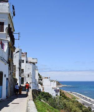 Een straat met zeezicht in Tanger, Marokko van Sama Apkar