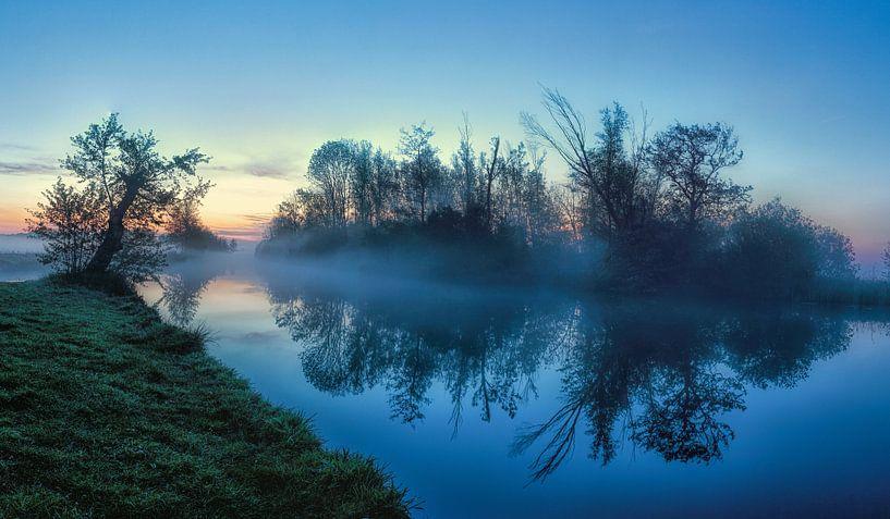 Reflectie tijdens blue hour in Leekster Hoofddiep van R Smallenbroek