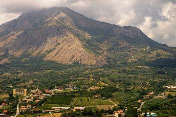 Uitzicht op Monte Taburno, een forse heuvel in Campania van Geert Smet