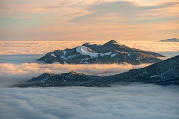Mistzee rond de Alpspitz en de Edelsberg van Leo Schindzielorz