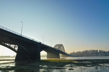De Waalbrug Nijmegen tijdens een nevelige zonsopkomst