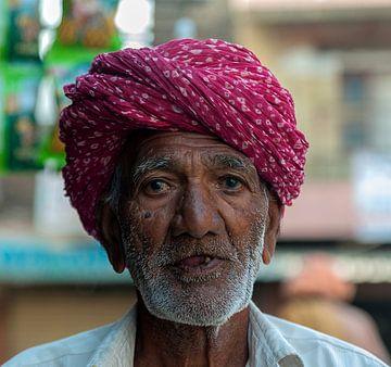 India: Man met paarse tulband (Jorawarpur) van Maarten Verhees