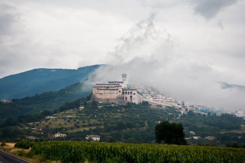 Assisi in de wolken van Jim van Iterson
