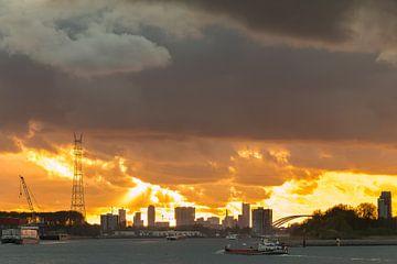 Scheepvaart langs skyline Rotterdam van Mark den Boer