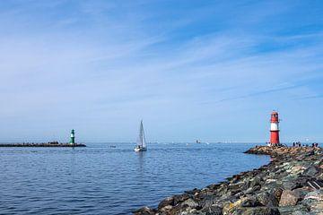 Mole mit Segelboot an der Küste der Ostsee in Warnemünde von Rico Ködder