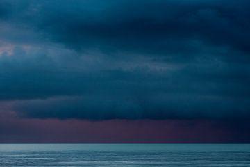 Prachtige kleuren boven de Noordzee in Zeeland Nederland van Rik Pijnenburg