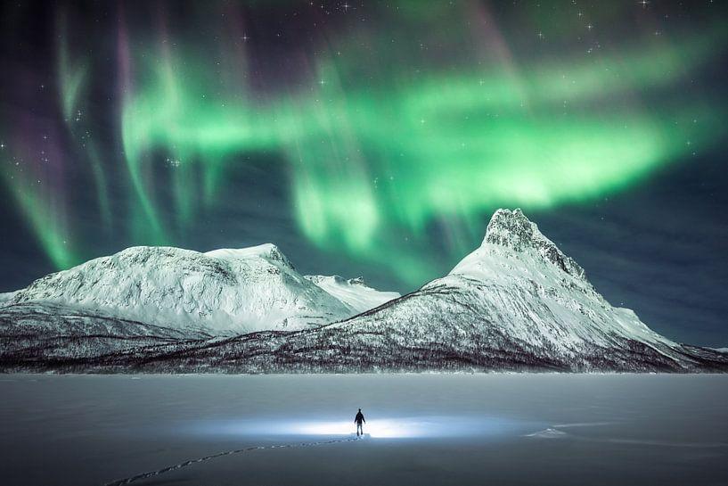 """""""Dark Star"""" - Figur in einer epischen arktischen Landschaft unter dem Nordlicht. von Daniel Laan"""