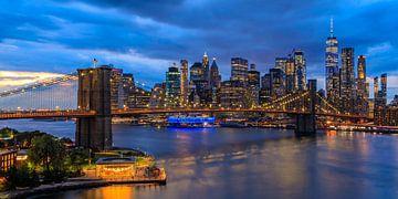 New York City Skyline - Uitzicht op de Brooklyn Bridge in de avond van Tux Photography