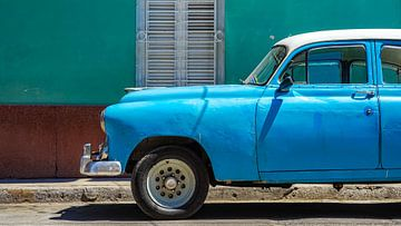 Blauwe oldtimer in Havana, Cuba van Jessica Lokker