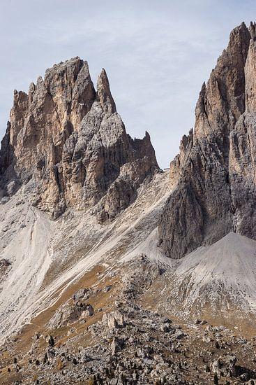 Torenhoge toppen van Sass Pordoi van Thijs van den Broek
