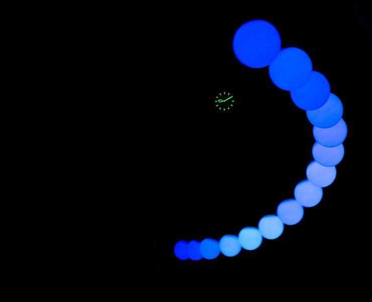 Glow rond de klok van Greetje van Son
