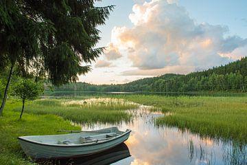 Roeiboot bij zonsondergang in Zweden van Marianne Rouwendal