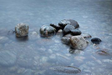 Rotsen in het water van Karijn | Fine art Natuur en Reis Fotografie