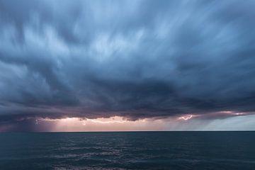 Onweer met Bliksem boven het Water van Brian Morgan