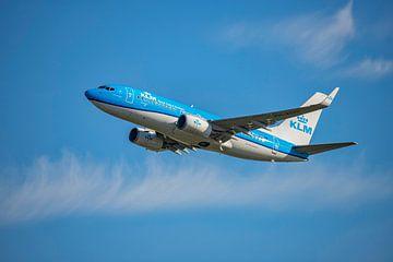 Een KLM Boeing 737-700, KL2020,  registratienummer PH BGO, stijgt op van Amsterdam International Air van Gert Hilbink