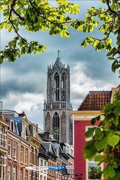 Donkere lucht boven de Utrechtse Domtoren in de binnenstad. van Margreet van Beusichem