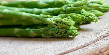 le vert frais comme ingrédient dans une cuisine sur Heiko Kueverling