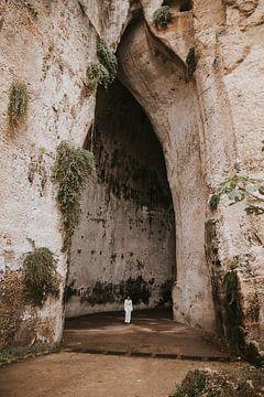 Het oor van Dionysus: een kalkstenen grot in de stad Syracusa in Sicilië Italië van Manon Visser